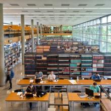 Blick in die Universitätsbibliothek in der Holzgartenstraße.